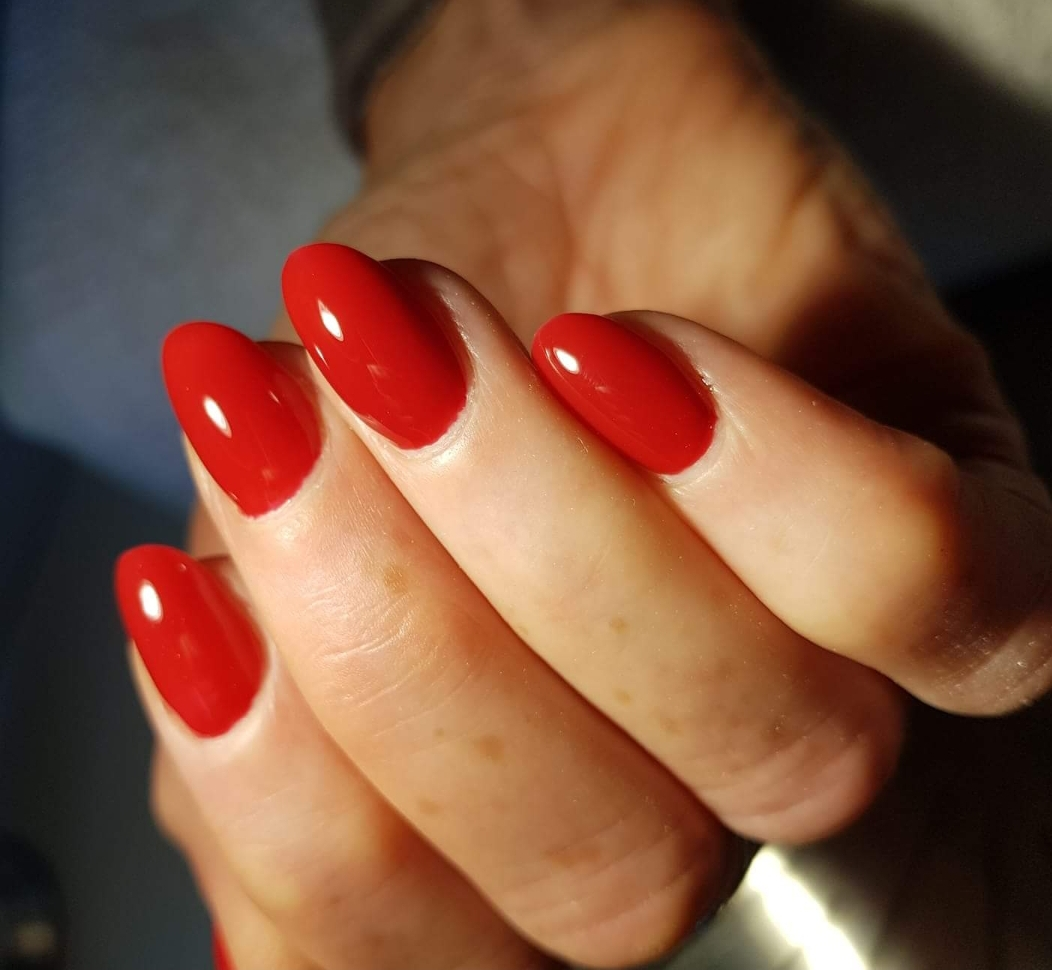 Voorbeeld rode kunstnagels
